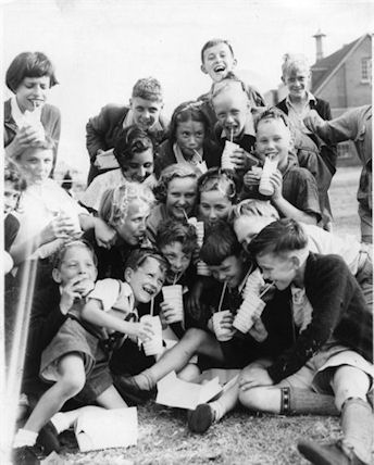 Photo:Children's outing to Littlehampton, 1950s